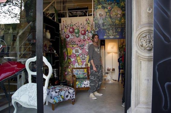 L'Illustratore Simone Lucchesi nello stand Castèstyle al Fuorisalone di Milano