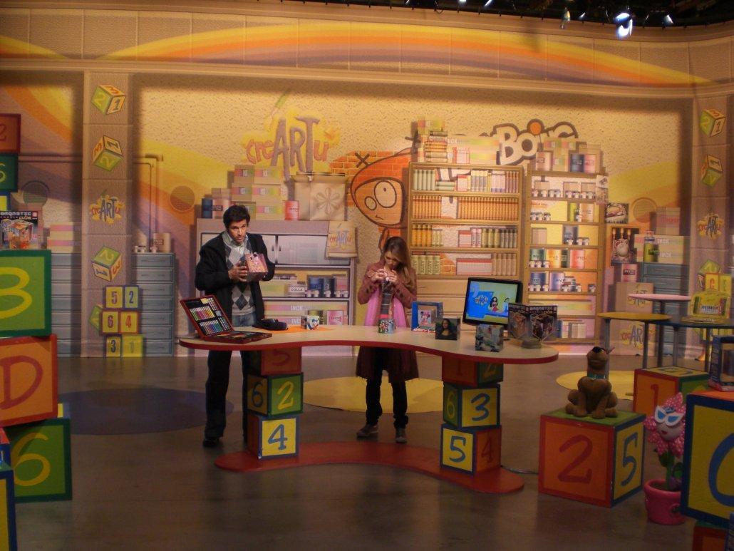 Marco Bellavia all'interno della scenografia per la televisione disegnata da Lucchesi